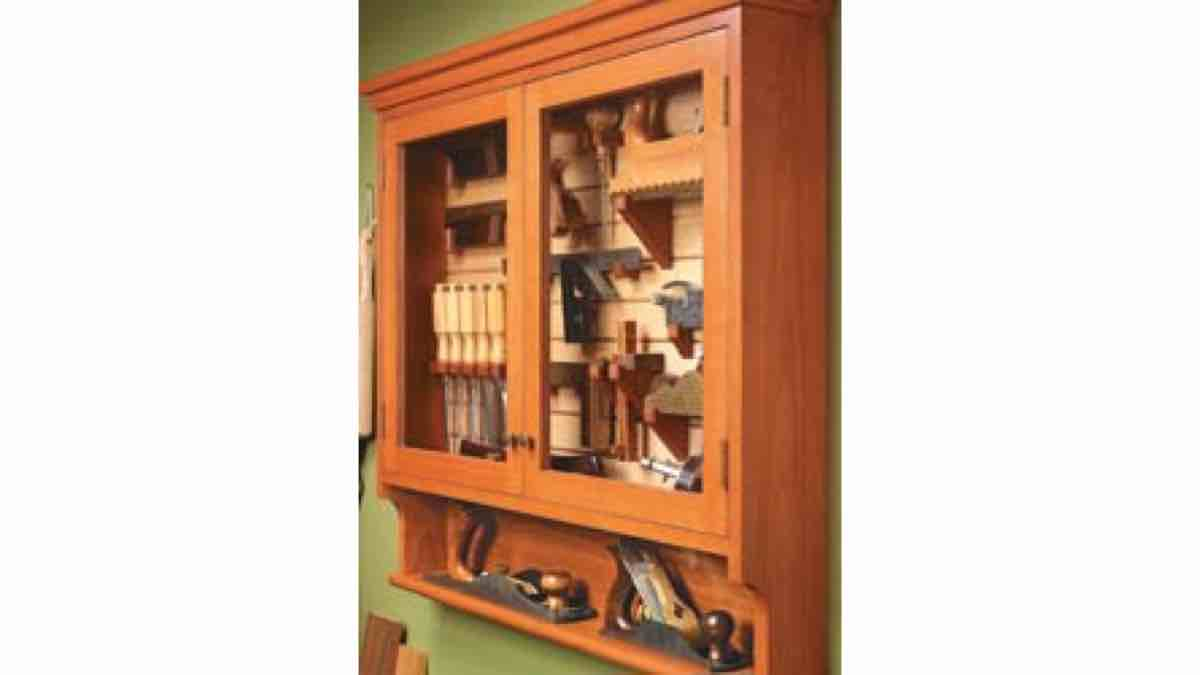 Free woodworking plans to build a wall mounted tool cabinet.