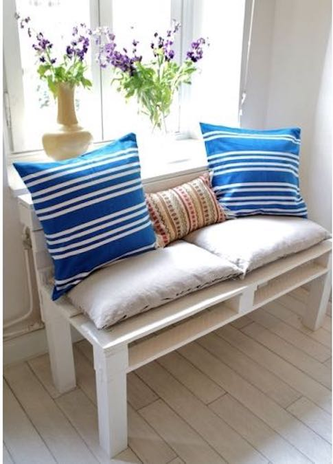 Build a Sofa Bench From Pallets using free plans.