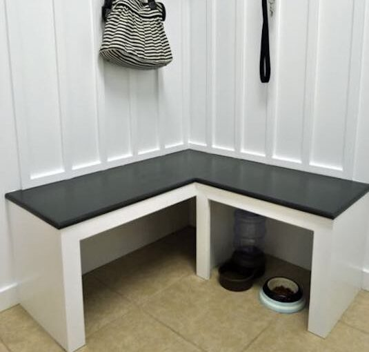 Free instructions to build a Mudroom Corner Bench.