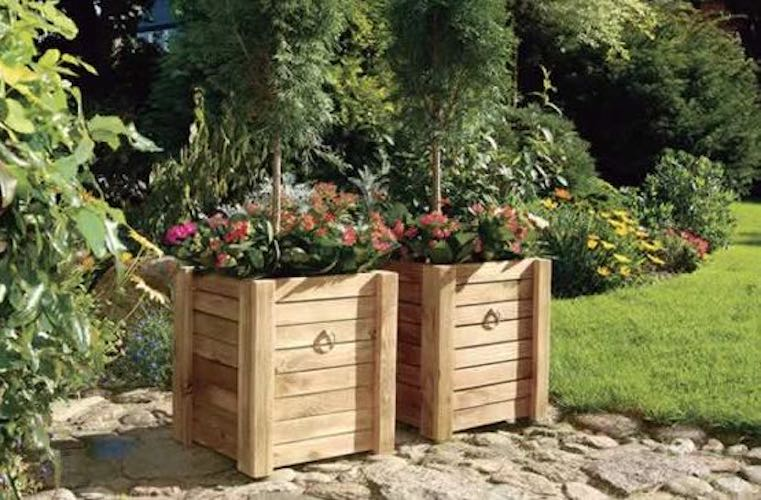 Free plans to build a Wooden Planter Box.