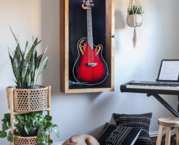 Free plans to build a Guitar Display Case.
