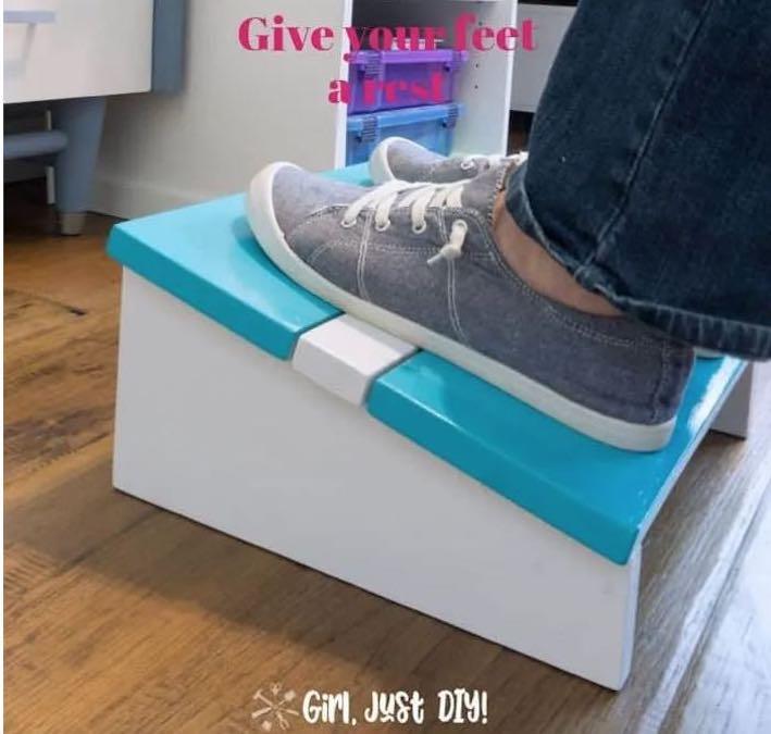 Free plans to build a Desk Footrest.