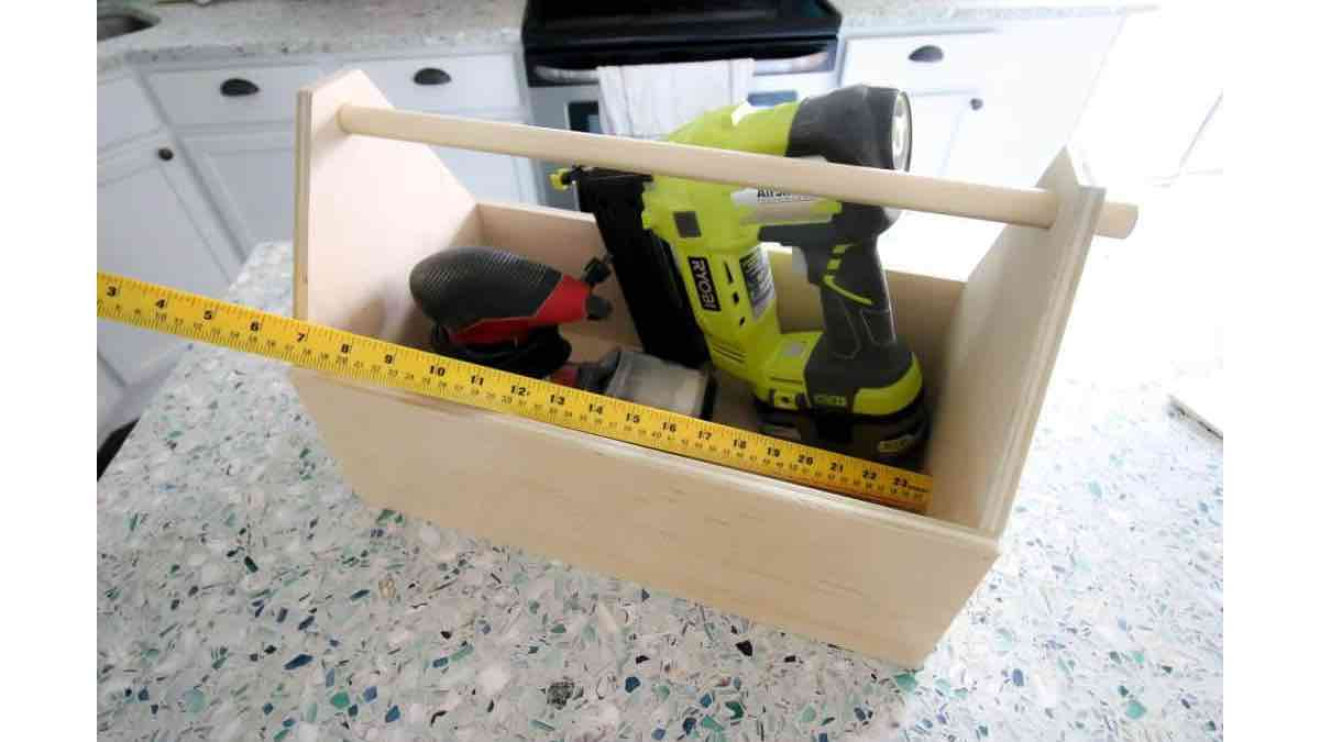 Free woodworking plans to build a toolbox.