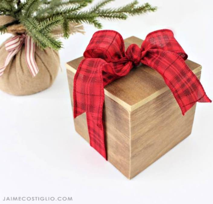 Free plans to build a Wood Gift Box.