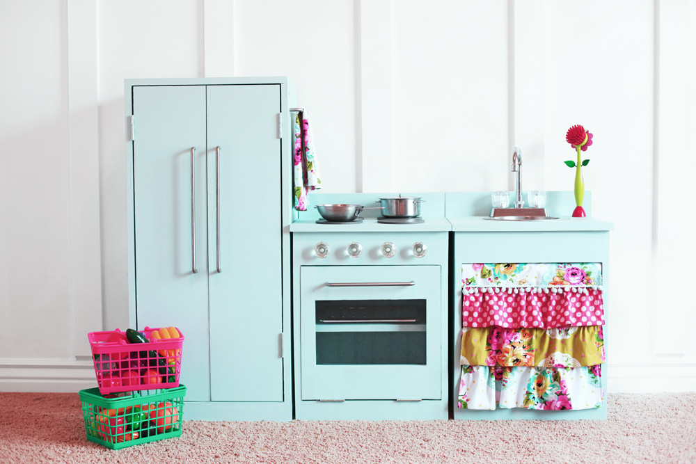 Free project DIY plans to make a Play Kitchen Fridge.