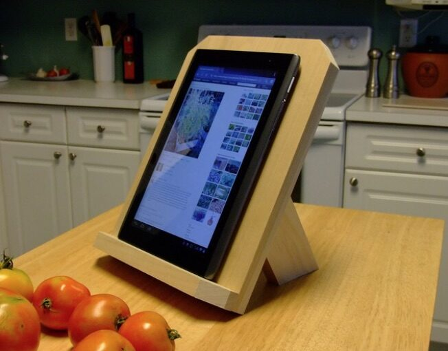 Free woodworking plan to build a tablet stand.