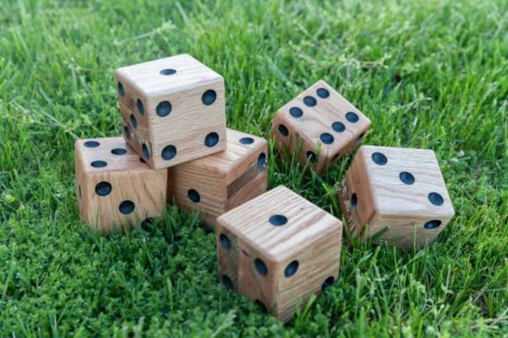 Free plans to build Giant Yard Dice.