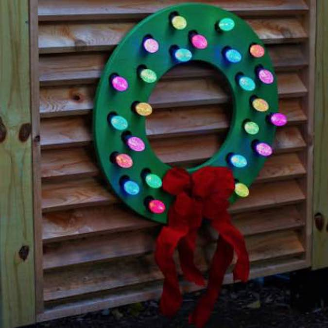 Build your own Outdoor Wood Wreath with free plans.