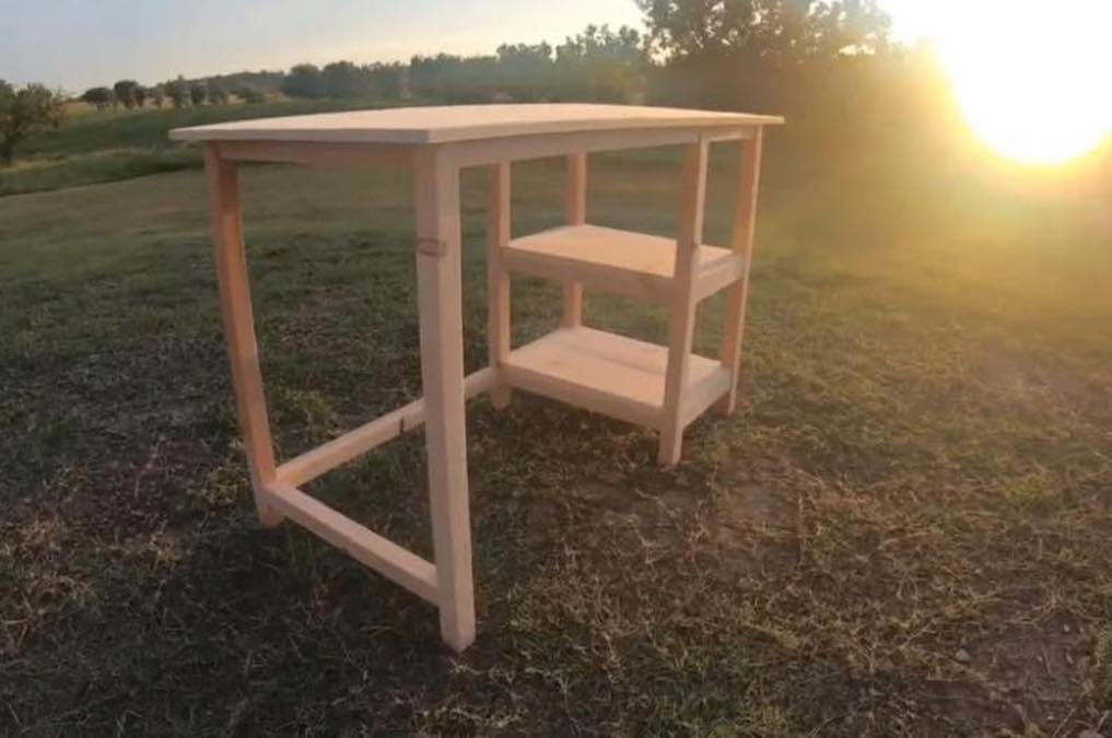 Free plans to Build a Small Desk.