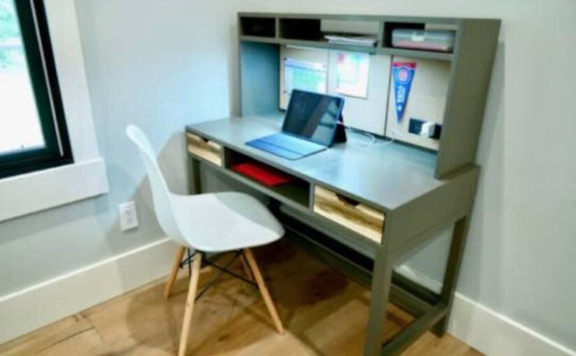 Childs Desk With Hutch